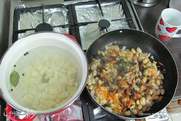 На разогретую сковороду вливаем масло и добавляем наши овощи ( кроме чеснока) +грибы. Тушим около 5-7 мин.