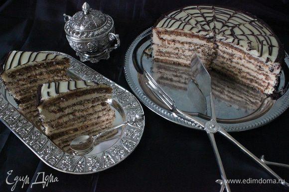 Когда шоколад немножко схватится, кончиком ножа провести полосы через равные промежутки - сначала от середины торта к краю, а затем от края к середине.