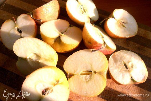 В это время готовим начинку. Яблоки я решила не очищать от кожицы,только вынула сердцевину.