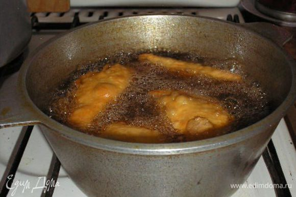 Готовим тесто: 0.5 литра горячей воды + соль по вкусу + 1 ст. раст. масла, добавить в теплое муку и замесить некрутое тесто. Лишнее тесто можно держать в морозилке.