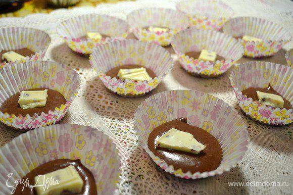В формочки вылить по 1 ст.л. теста. Положить шоколад.