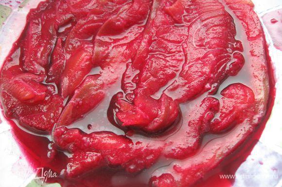 Филе рыбы нарезать максимально тонкими пластинами. Часть нарезанного филе поместить в сок сырой свеклы на 30 мин.