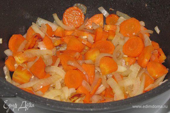 В том же сотейнике обжарить лук, чеснок и морковь на среднем огне, минут 10.