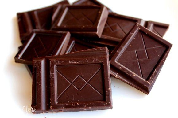 Шоколад поломать и растопить на водяной бане.
