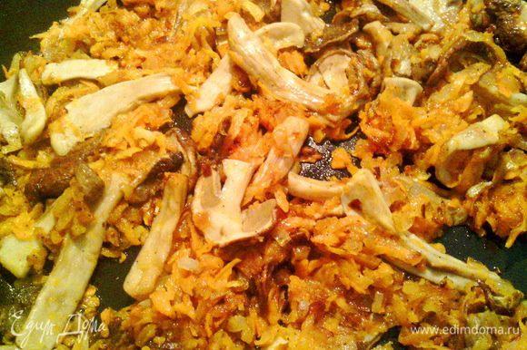 Обжариваем на масле лук до золотистого цвета. Затем добавляем морковь и обжариваем несколько минут. Приправляем по вкусу душистым перцем и паприкой. Следом, минут на пять, отправляем грибы на обжарку.