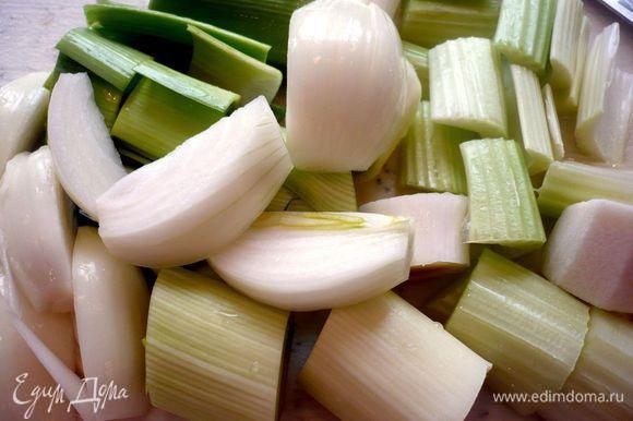 Чистим и крупно режем лук-порей, репчатый лук, сельдерей и корень петрушки.