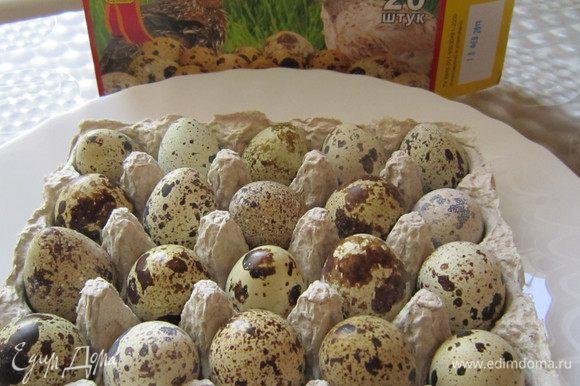 Для котлеток нам понадобится 12 шт. перепелиных яиц. Отварить яйца в течение 2 мин., очистить.