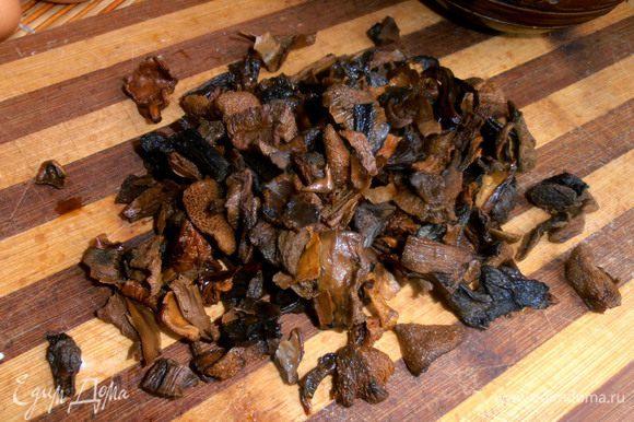 Отжатые грибы выкладываем на доску и смотрим, устраивают вас такие кусочки в пироге или нет...