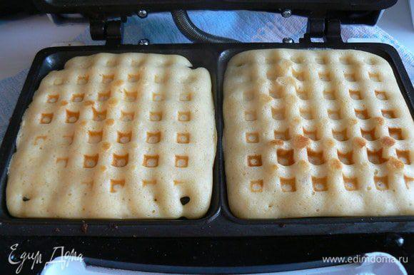 вылить тесто в вафельницу,испечь до готовности.