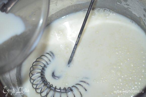 добавляем молоко и все при этом размешиваем венчиком. доводим до кипения и варим на слабом огне, постоянно помешивая до загустения.