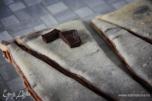 Если вы вдруг являетесь шоколадным маньяком, то внутрь рулетиков можно завернуть кусочки шоколада.