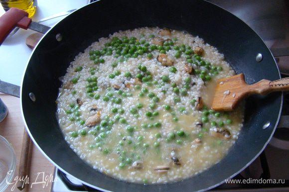 Варим до тех пор, пока бульон не выпарится, добавляем еще порцию жидкости, и так далее... Когда рис будет практически готов, добавляем горошек и зелень, пробуем на соль, выдавливаем немного лимонного сока, доводим до полной готовности и отставляем с плиты