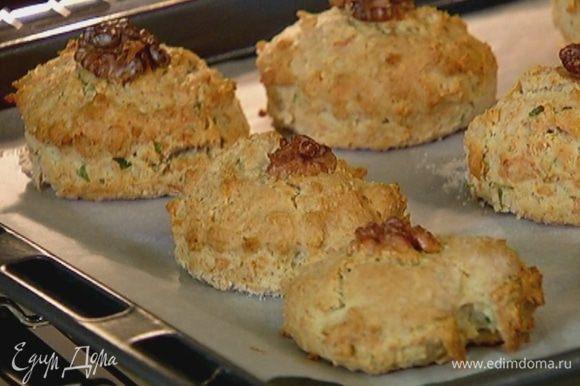Выпекать булочки в разогретой духовке 25–30 минут.