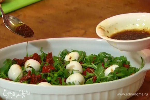 Полить салат заправкой и украсить листьями базилика.