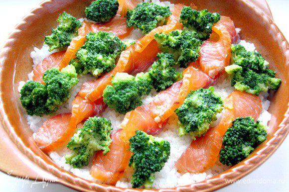 В промежутки между лососем выложите соцветия брокколи.