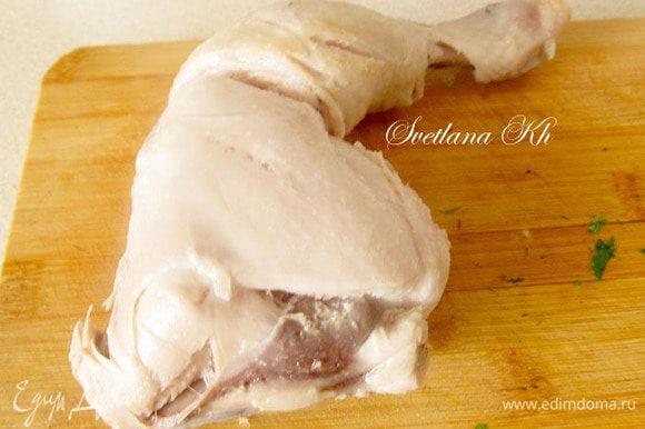 Куриное мясо достать из бульона, освободить от кожицы и костей, нарезать кусочками и снова положить в суп.