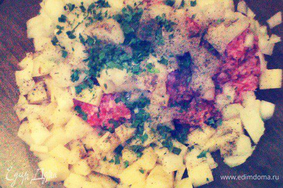 Приготовить начинку. Картофель и лук очистить. картофель и лук нарезать одинаковыми кубиками. Положить в миску с фаршем, добавить размягченное топленное масло, посыпать солью и перцем, тщательно перемешать. Накрыть и оставить на 1 ч.