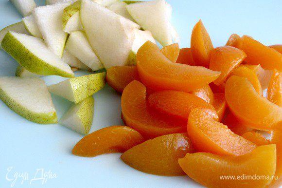 Персики нарезать дольками, груши сегментами.