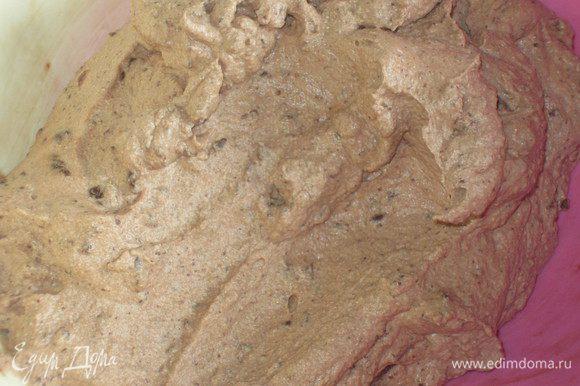 Ввести в шоколадную массу сначала взбитые белки, а затем взбитые сливки, аккуратно перемешать.