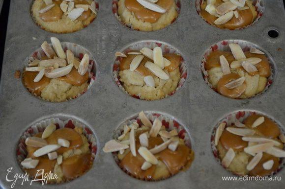 Достанем из духовки наше печенье и воткнем в каждое печенье по 3-4 кусочка ириски карамельной,миндаль и посолим крупной солью..Поставим обратно в духовку на время,чтоб карамель растопилась.Если используем готовый карамельный соус то его лучше послу выпекания сбрызнуть на печенья.