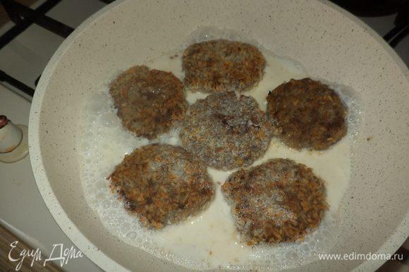 Зальем котлетки сливками, накроем крышкой и потушим минут 30, при необходимости добавим сливки или молоко или просто воду, если хотите чтобы получился соус!