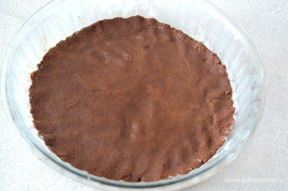 Равномерно распределить тесто по форме.