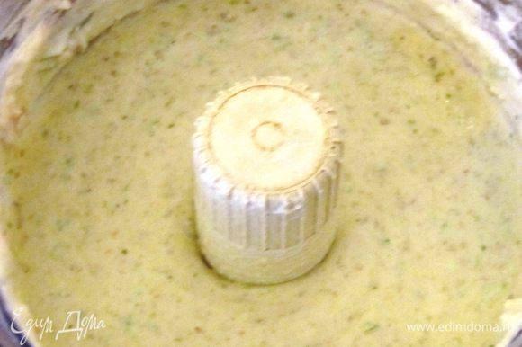 В блендере смешать рикотту, горгонзолу, орехи, сельдерей.