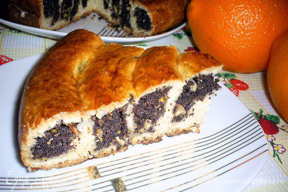Готовый пирог нарезаем на порционные кусочки, любуемся красивым и необычным разрезом и угощаем всех желающих. Приятного вам аппетита!