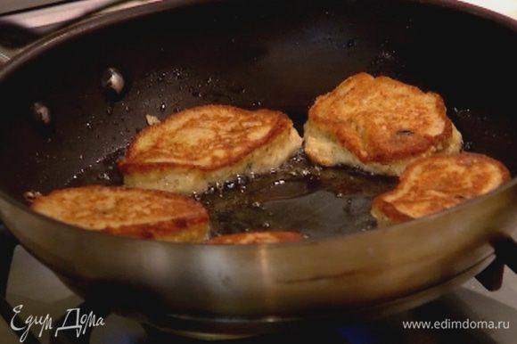 Разогреть в сковороде оливковое масло и пожарить оладьи.