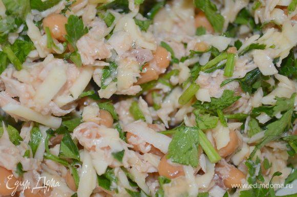 смешиваем курицу, фасоль, сыр и зелень. Немного солим и перчим, сбрызгиваем соком лимона.