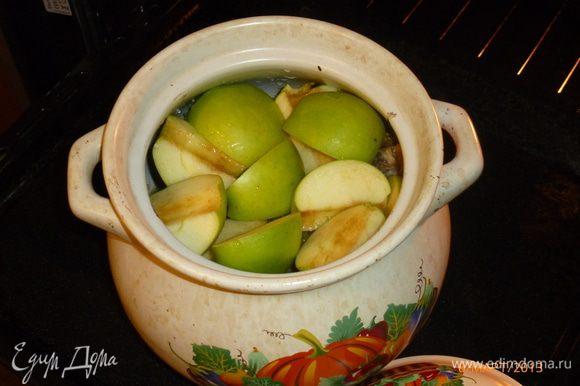 Через 30-40 минут от начала добавляем в горшочек яблоки, порезанные на четвертинки. Продолжаем тушить кролика еще 1 час.
