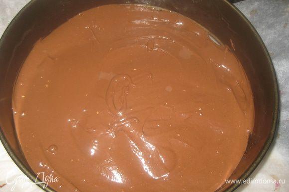 Наливаем в тесто 35 мл крутого кипятка, хорошо размешиваем тесто. Переливаем в форму (диаметр 24 см), выпекаем в ранее разогретой духовке при темп.180 гр. 30-40 минут (до сухой палочки). Бисквит остужаем и вынимаем из формы.