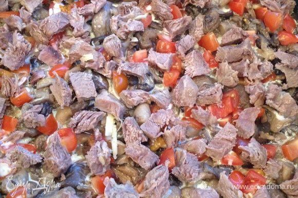 Добавляем и их поверх грибов, солим, перчим ( не забывая, что и в майонезе и сыре есть соль)
