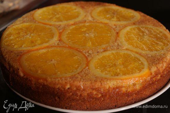 Выпекать в духовке при температуре 180 градусов 40-45 минут до сухой палочки. Немного остудить, потом перевернуть корж так, чтобы апельсиновые кружочки оказались сверху. Полностью остудить.