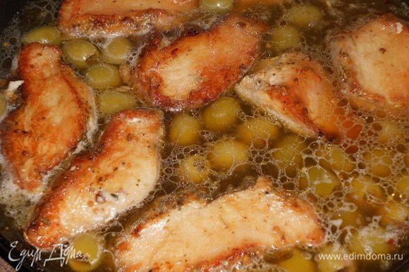 Затем добавить оливки, я добавляла с жидкостью в которой они были, посолить если еще нужно по вкусу. Тушить несколько минут и снять с плиты.