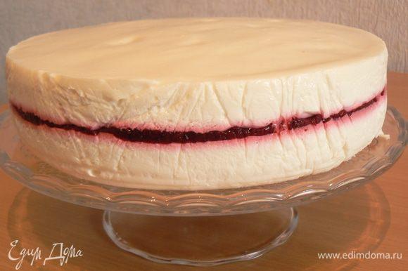 Отправить все в холодильник до полного застывания, затем извлечь торт.