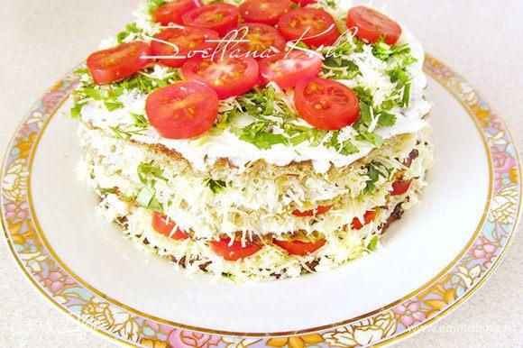 Верхний блин можно только слегка смазать майонезом. Бока украсить зеленью и сыром. Поставить в холодильник пропитаться, но можно есть сразу.....вкусно.