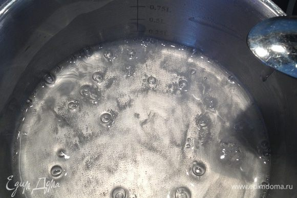 В воду добавить сахарную пудру, поставить на огонь, довести до кипения, проварить 2 минуты.