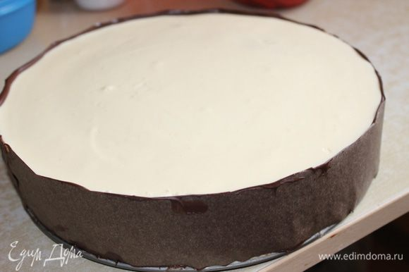 дала немного полежать лентам..и аккуратно приклала к торту..ну коненчно не совсем все идеально получилось. но для первого раза думаю пойдет..ставим опять на некоторое время в холодильник..