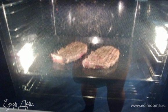 Тем временем духовка нагрелась до 180С. Отправляем мясо в духовку на 10 минут.