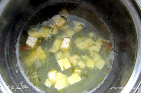 Рыбный бульон довести до кипения, уменьшить огонь. Добавить оставшийся сыр и сливочное масло, проварить, постоянно помешивая, 5 мин. Приправить солью и перцем.