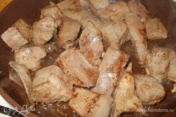 Печень нарезаем небольшими кусочками и обжариваем на сливочном масле на большом огне 10 мин., потом берем кусочек, надрезаем: если сок с красноватым оттенком - продолжаем готовить, если прозрачный - печень готова, выкладываем на блюдо для остывания.