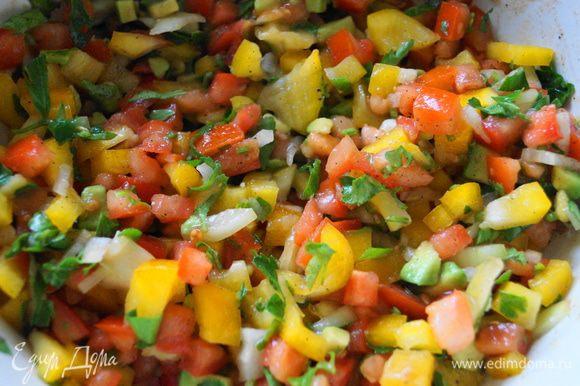 Для сальсы: нарезать кубиками помидоры, перец, авокадо, лук, измельчить петрушку и смешать все в одной чашке. Добавить сок лайма, оливковое масло, перец и соль, все хорошо перемешать.