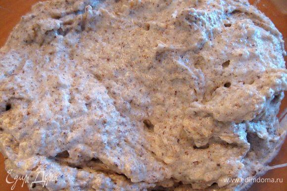 Готовим начинку: взбиваем белок с сахаром до устойчивых пиков и добавляем молотый орех и всё аккуратно перемешиваем.