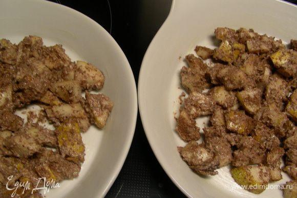 Формочки для запекания смазываем сливочным маслом и выкладываем в них грушево-шоколадную смесь.