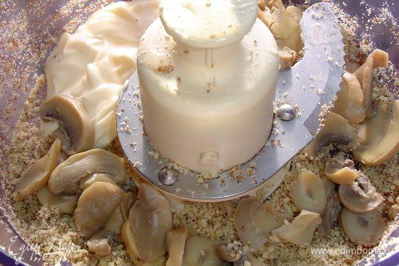 1/3 измельченных орехов убираем, а к оставшимся добавляем грибы и майонез, затем измельчаем до однородной массы.