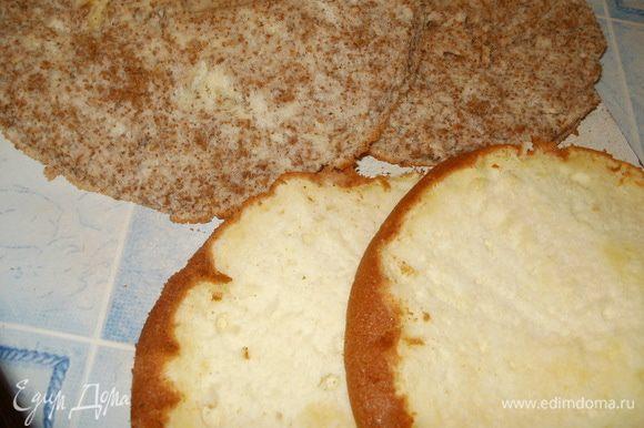 Готовые бисквиты в форме остужаем на решётке. После освобождаем от формы и режем на две части.