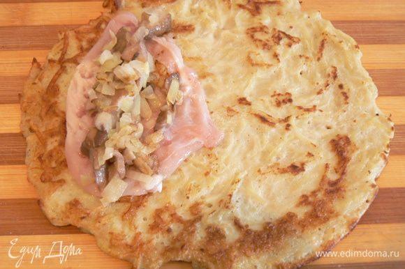 На картофельный драник выложить отбитый кусочек курицы, грибную начинку,