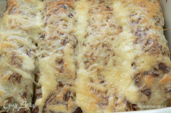 Накрыть фольгой и поставить картофельные рулетики в разогретую до 200 градусов духовку. Через 15 минут фольгу можно убрать и запекать еще 10-15 минут.