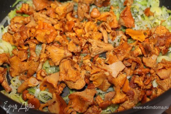 Нарезать лук тонкими колечками (только белую часть) и обжарить на оливковом масле, добавить размороженные лисички.